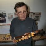 Marcel NIGOU fabricant avec deux de ses œuvres dans les mains